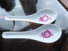 PAIR OF ORIENTAL GILDED CHINA SPOONS WITH HOT PINK FLORAL DESIGN